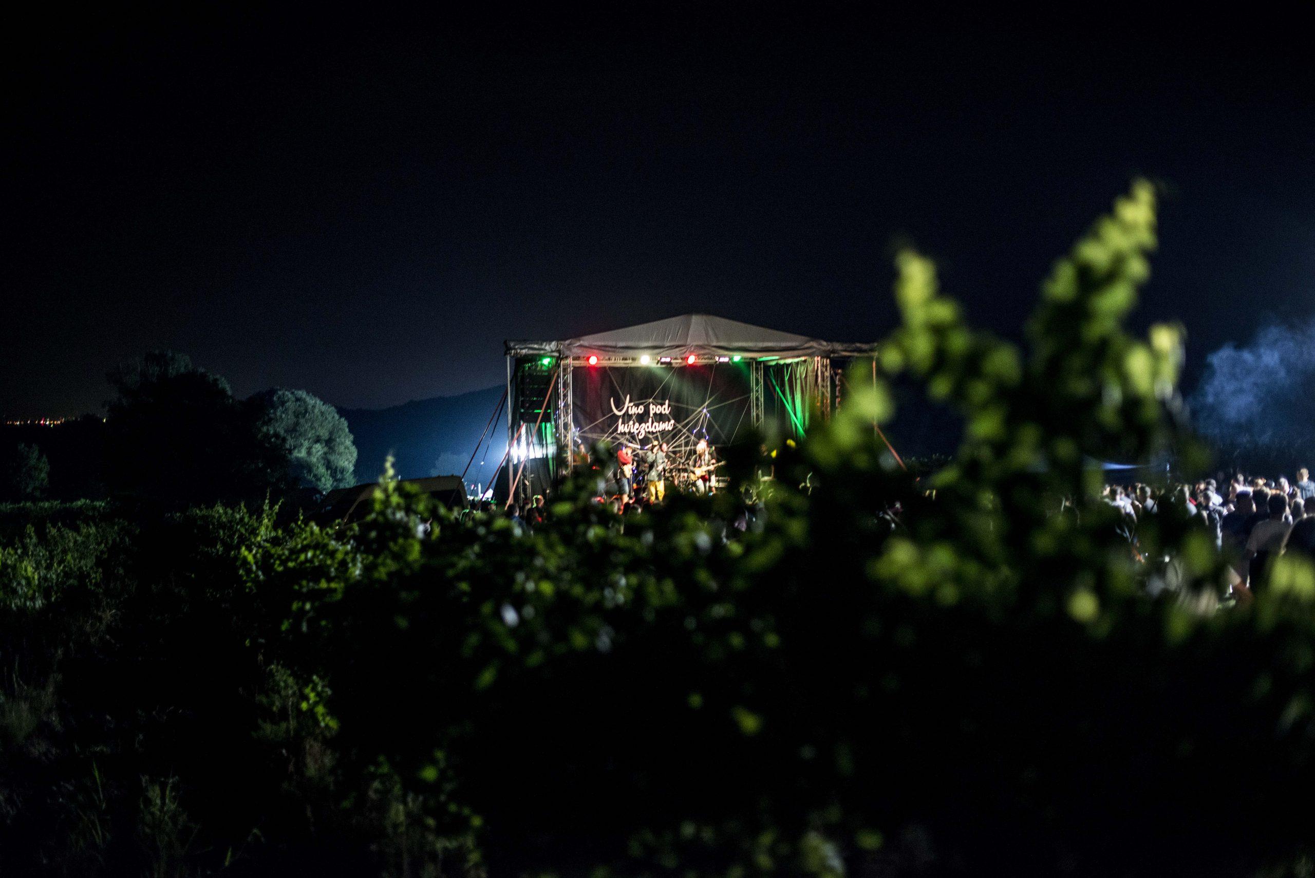 Víno pod hviezdami - festivalová fotografia Marcela Farbulová